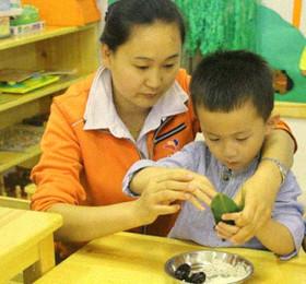 幼儿园端午节主题活动《包粽子》小班端午节手工教案