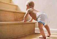 非要蹬掉袜子才罢休 宝宝光脚走路好吗?